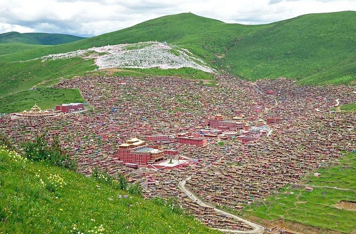 HitFull : Little boxes on the hillside... home to 40,000 Buddhist monks around a Tibetan monastery - (14 Pics)