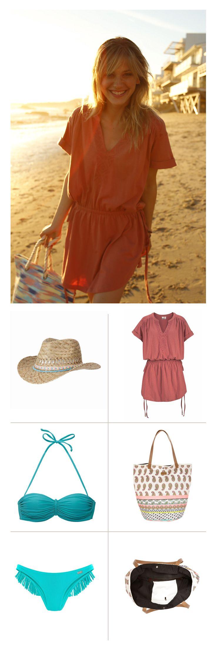 Türkis ist die Farbe des Meeres und wirkt gerade am Strand sommerlich entspannt. Der Buffalo Bikini mit trendigem Bandeau-Top sieht toll aus auf gebräunter Haut. Der Codello Strohhut mit türkisen Applikationen gibt dem Style lässigen Chic. Das rostrote Kleid von Roxy schafft einen schönen Kontrast.