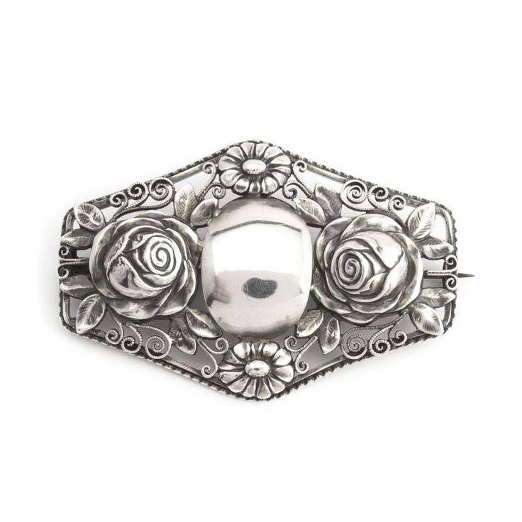 Koop deze antieke zilveren broche met rozen uit de collectie antieke en vintage sieraden van Aurora Patina!