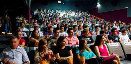 A Rede Cinemark possui uma sessão promocional de segunda a sexta, no horário de 14h no valor de R$ 6,00 reais (inteira) e R$ 3,00 (meia).