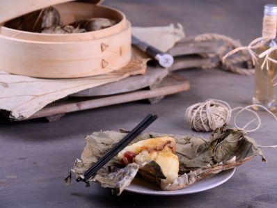Receta | Arroz glutinoso con cerdo envuelto en hojas de loto - canalcocina.es