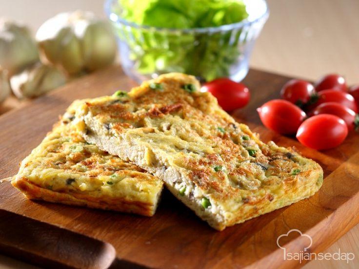Telur dadar bisa jadi solusi cepat lauk makan malam. Agar tak biasa-biasa saja, tambahkan kacang polong ke dalamnya. Dengan Telur Dadar Kacang Polong, sajian sederhana jadi istimewa.