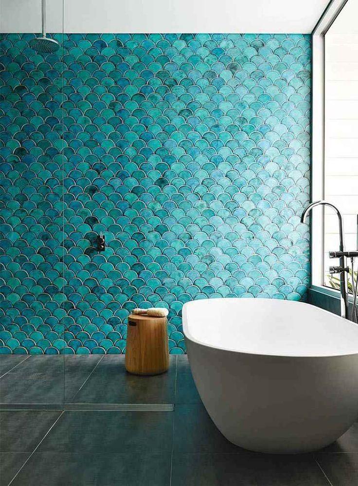 salle de bain colorée avec un carrelage mural turquoise de design écailles