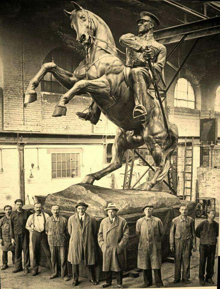 Samsun'un simgesi sayılan bronz Atatürk Heykeli, Samsun halkı tarafından Avusturyalı heykeltraş H. Kriphel'e yaptırılmıştır.