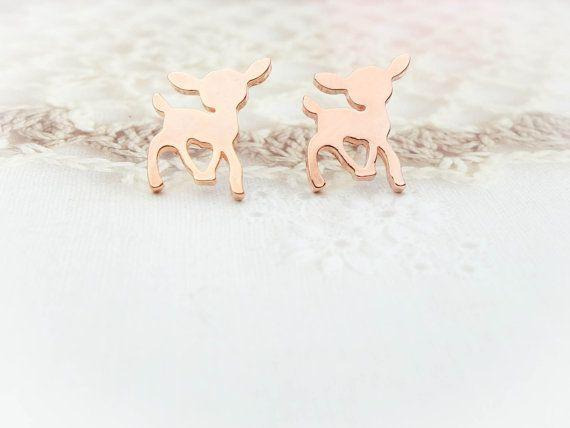 Dieses niedliche Ohrstecker-Paar verfügen über rose gold Hirsch Reize auf Edelstahl Ohr Beiträge platziert. Einfache, zierlich und hübsch. Ideal
