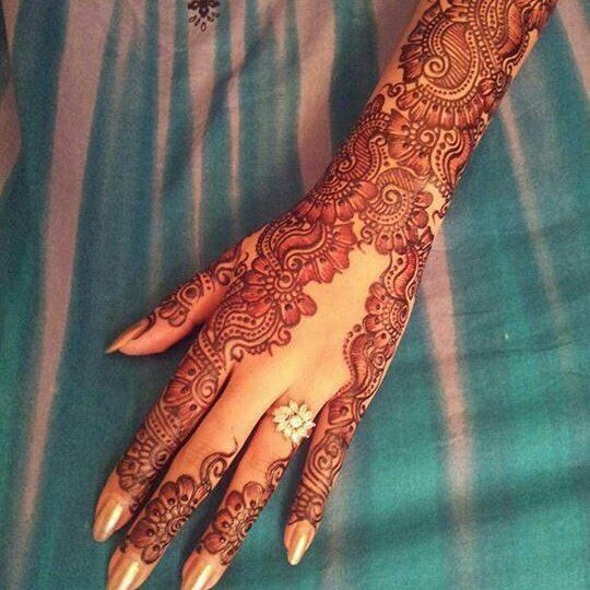 Oogling over this creative #henna design that accentuates the brides #engagement ring and soon her wedding band too!