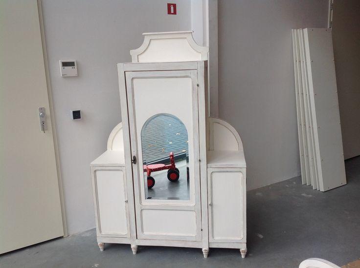 Brocante witte meidenkast uit 1920. Ik heb de kast helemaal schoongemaakt en met shabby chic techniek geverfd. afmetingen: 115 cm breed, 145 cm hoog en 40 cm diep.