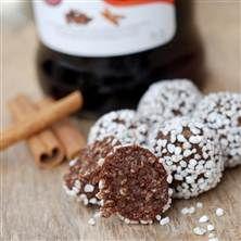 Chokladbollar är ett måste bland julgodiset, spetsat med glögg ger en lite vuxnare touche.