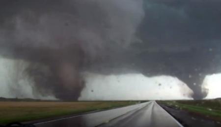 16日に米ネブラスカ州ピルジャーに近づく竜巻を撮影したビデオ映像(AP=共同) ▼17Jun2014共同通信|米中西部、竜巻で1人死亡 16人重体、ネブラスカ州 http://www.47news.jp/CN/201406/CN2014061701001484.html #Tornado #Nebraska #Pilger
