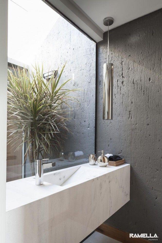 Granito e concreto e tinta somente no banho. Ah e um jardim também.