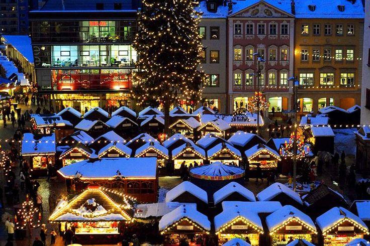 So stimmt man sich in Chemnitz auf Weihnachten ein: Entdeckt die leuchtende Weihnachtswelt auf dem Weihnachtsmarkt von Chemnitz und schlendert an den rund 230 Ständen entlang.
