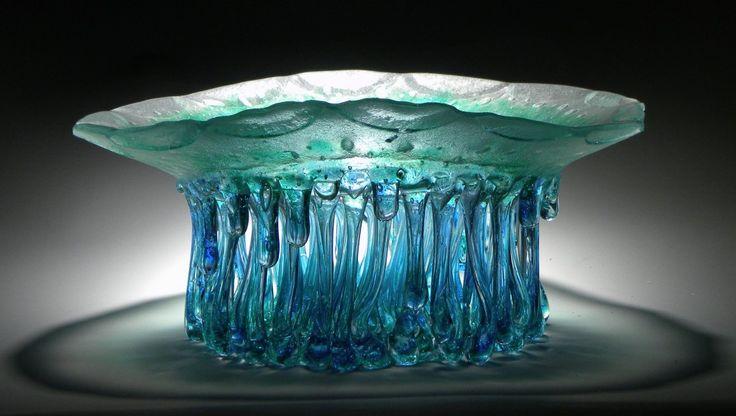 Mesas de centro escultóricas feitas de vidro derretido gotejante de Daniela Forti
