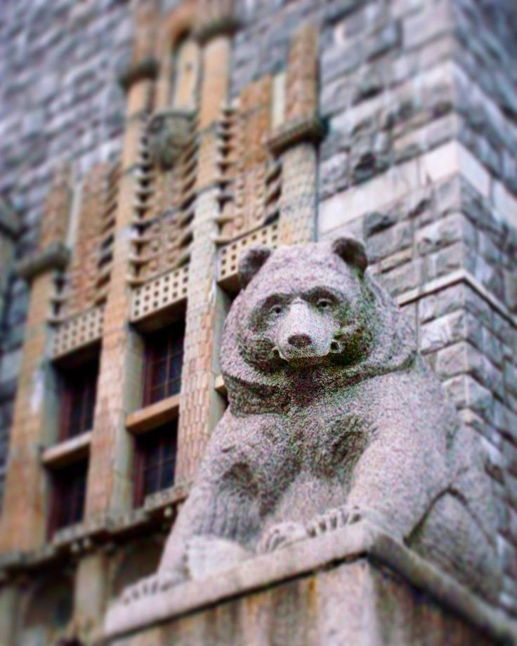 The brown bear is Finland's national animal. This is as close as I've got to one, the sculpture of a bear sitting outside the entrance to the Finnish National Museum in Helsinki. 'Called Karhu in Finnish. 🐻 #finland100_igchallenge ..59/100 ... 'posting a series of random images from or associated with Finland to celebrate the country's 100th birthday! ... #bear #karhu #finlandia #finland #visitfinland #exteriors #buildings #animals #art #finnishnationalmuseum #finnishanimals #björn…