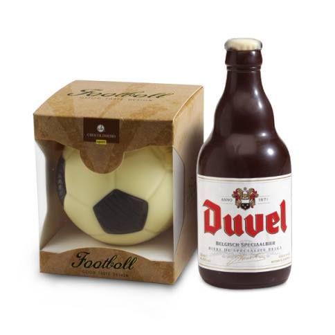 Czekoladowa piłka nożna i ciemnoczekoladowa butelka piwa Duvel - idealny zestaw dla kanapowego fana piłki nożnej :)