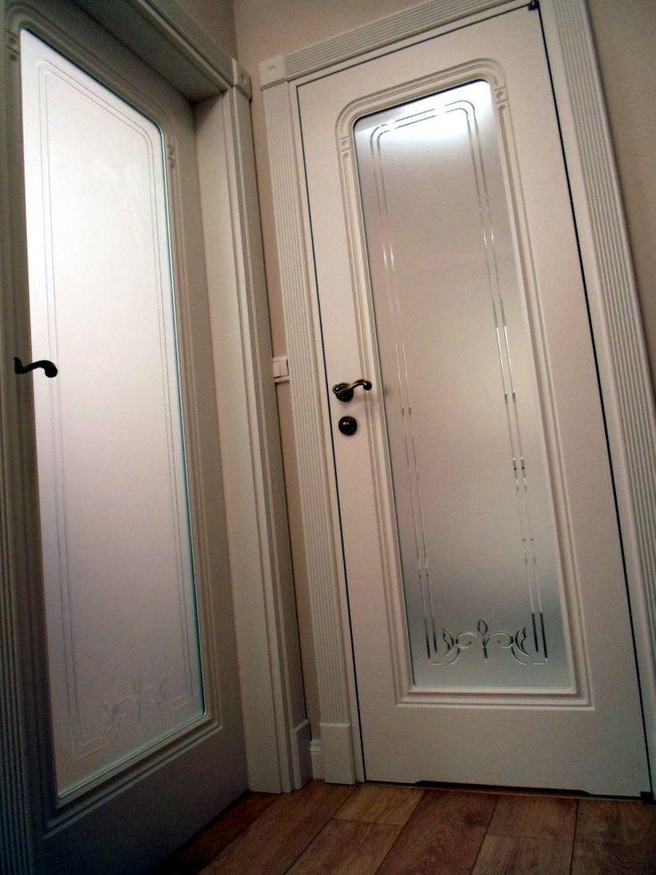 Widoczne zdobienia również na przeszkleniu - białe drzwi Moric