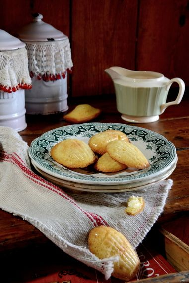 Who doesn't know les madeleines de Marcel Proust..? Those well-known shell shaped petits gateaux with their particular little hump on the one side and the ribbed shell opposite side. Recipe t…