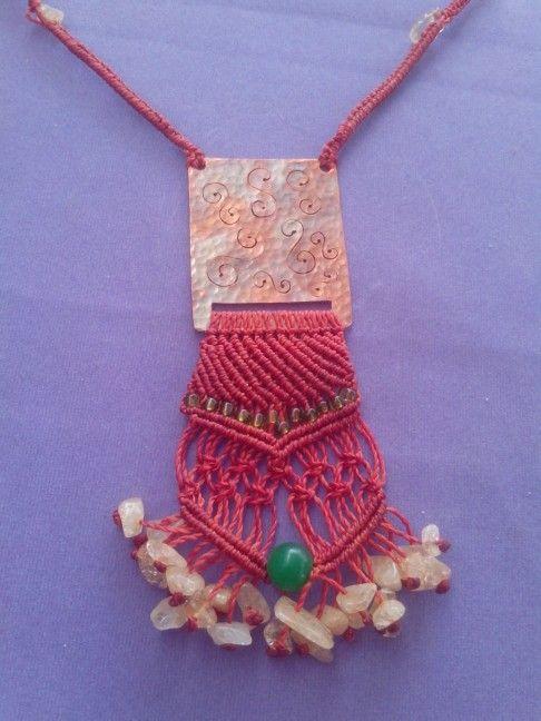 Collar de cobre texturizado con macrame  y piedras naturales