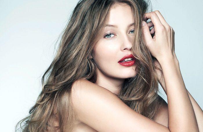 blond foncé doré, make up yeux bleu et mascara noir effet faux cils, ongles courts, coloration cheveux châtain clair