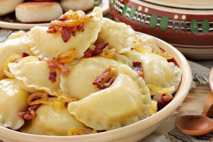 Вареники, которые никогда не развариваются      тесто:     яйца - 2шт.     масло растительное - 2 ст.л.    горячая вода - 125мл     соль - по вкусу(~0,5ч.л.)     мука высшего сорта - 2ст.  начинка:      картофель ~ 1кг     лук ~1кг     масло растительное     соль     черный перец молотый.