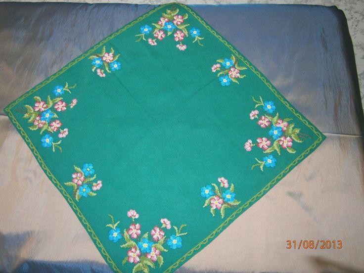 Όμορφο τετράγωνο εργόχειρο κεντημένο μετρητή σταυροβελονιά με το χέρι. Εχει όμορφα μπουκέτα και το πράσινο εταμίν βαμβακερό ύφασμα του δείχνει σαν εξοχή.Για τιμή δείτε στο κατάστημα μας: http://www.kentima-pleximo.gr/