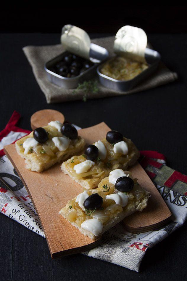 Focaccia con cipolle al timo, olive nere e stracchino (senza lattosio)