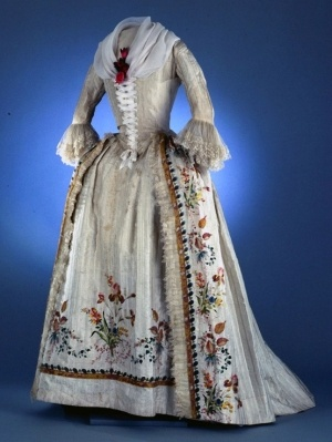 Robe a l'anglaise ca. 1780-90    From Colonial Williamsburg    Another version of Annorah's wedding dress, except without the fischu and by jennifer.sonnier1