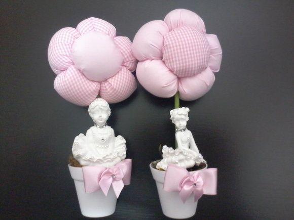 Vaso de flor para centro de mesa. Flor em fuxico com enchimento em plumante siliconado, vaso em acrilico com aplicacao de bailarina em resina com acabamento em mini perolas e cristais. Opção na decoração de mesas de festas em qualquer ocasião. Várias opções de cores. A flor pode ser alterada para tulipas ou rosas. Opção de vasinhos com tulipas para lembrancinha, ver no produto - Vaso lembrancinhas mini tulipas.  Pedidos acima de 30 unidades possuem desconto, conforme abaixo:  31 a 50 ...