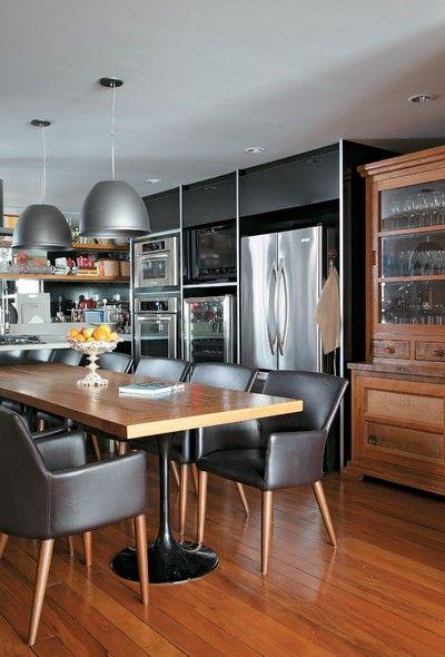 Essa cozinha gourmet, projeto da arquiteta Fernanda Pessoa de Queiroz, recebeu mesa de madeira com pés da Saarinen. Poltronas de couro da Artefacto e pendentes da La Lampe. Marcenaria da Kitchens. Cristaleira feita sob medida na cidade mineira de Tiradentes
