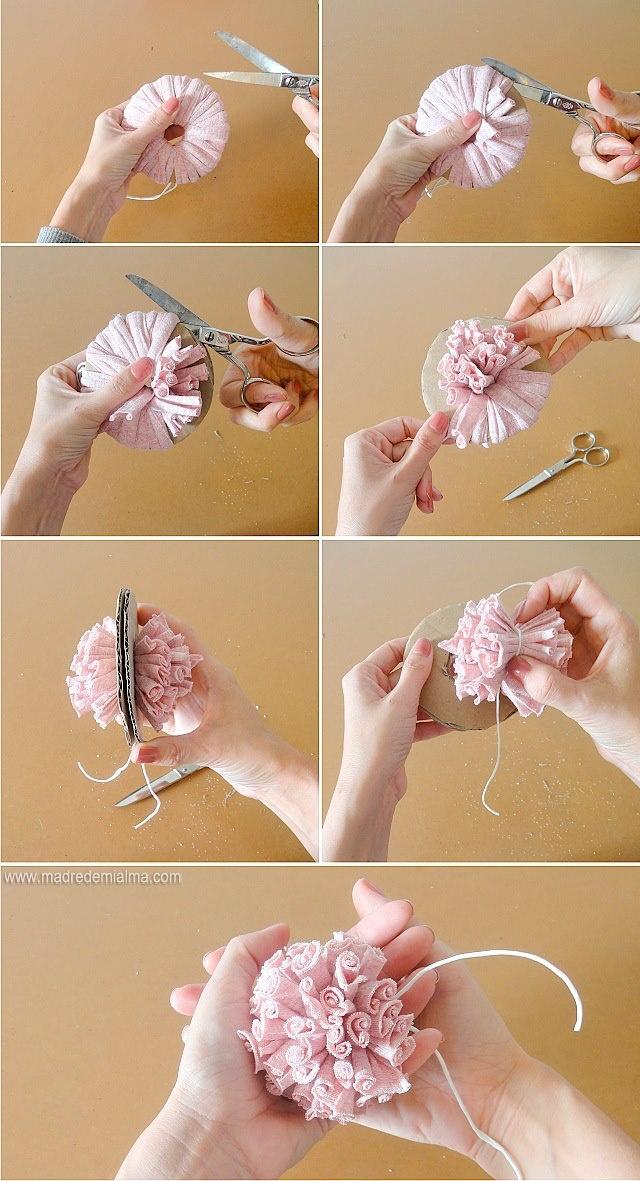 Prendre des fils de différentes tailles pour obtenir des pompons différents. Bonne idée.