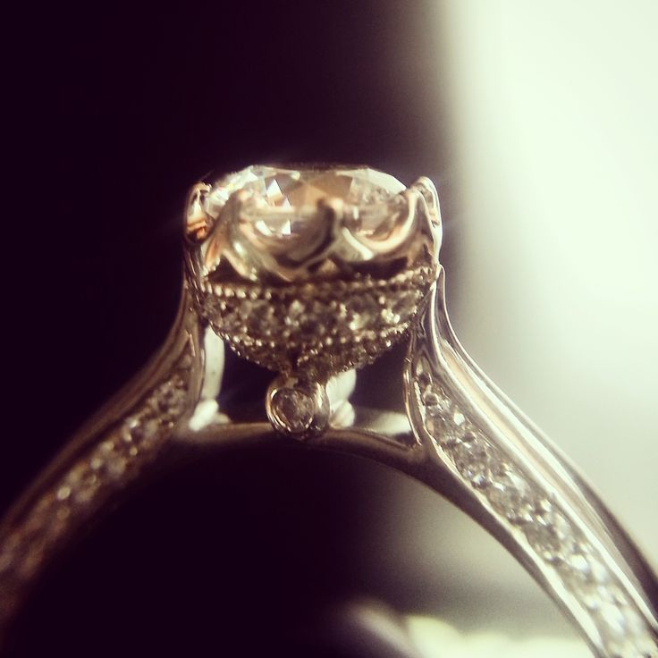 측면의 정교한 디테일이 살아있는 디자인. #Engagement #Ring #diamond #반지 #웨딩링 #결혼반지