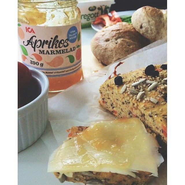 Hur varje morgon borde få starta...med nybakat morotsbröd på recept från @anjaforsnor -  jag bakade detta i helgen och det blev väldigt uppskattat av hela familjen. Recept, för den som är en lika stor brödfantast som jag, kommer HÄR: Mandel- och morotsbröd › 1 kokt morot eller 1 finriven morot › 1,5 dl osötad mandelmjölk › 2 dl mandelmjöl › 1,5 dl värmetåligt bakprotein (t.ex. OneBake från Fitnessguru) eller kokosmjöl eller mandelmjöl eller bovetemjöl › 1 msk fiberhusk › 3 tsk bakpulver › 2…