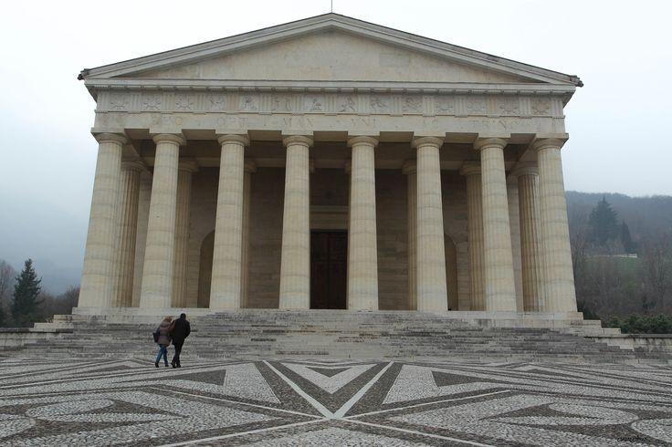 https://flic.kr/p/qXJ2cX | Tempio del Canova - Possagno (TV) | Il tempio di Antonio Canova (1830)  è una grandiosa costruzione neoclassica posata su un'altura ai piedi del Col Draga a 342 metri s.l.m. Poggia su tre ampie gradinate e su un vasto acciottolato dalle artistiche forme geometriche Il diametro esterno è di 35,764 metri, quello interno ne misura 27,816. I muri di quasi 8 metri contengono corridoi interni e scale per i vani superiori e la cupola. L'atrio (o pronao), interamente in…