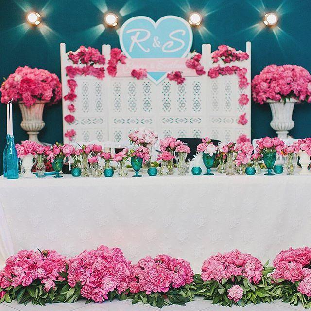 Стол молодых утопал в пионах это ведь любимые невестины цветы!  Организация и декор @sirop_in_ua  Флористика @bowpie  Фотография @goryacheva_anna