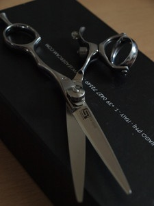 Sehr edle und teure haarschneideschere  zu verkaufen...   Einfach  auf  den LINK klicken und schon seht ihr nähere Details