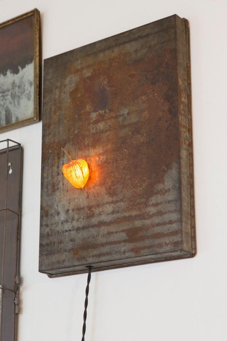 錆びた鉄の味わいと、ホオズキを通した優しい光が味わいの深いオブジェ。