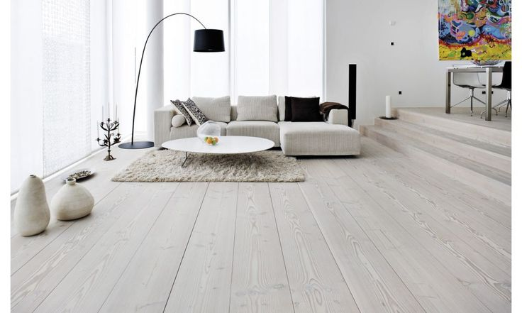 Drewniana podłoga jako pomysł na ekskluzywny salon.