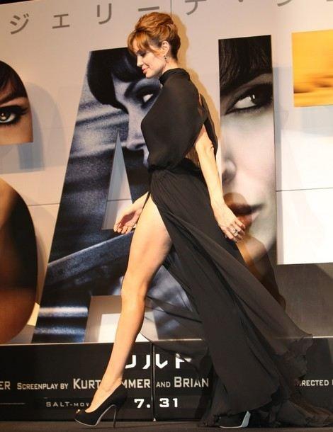 Angelina Jolie : sa jambe droite est une star, sa jambe gauche est jalouse