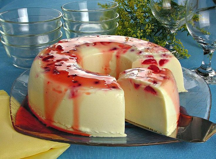 O pudim de chocolate branco com cereja vai deixar seus dias ainda mais gostosos! Cheia de sabor, a sobremesa agrada a todos!