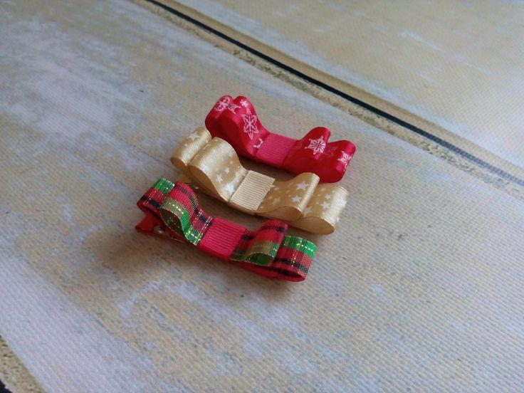 Trzy świąteczne spineczki kokardki.  Wym. ok 1,5 x 5,5cm, klips: pyk 4,5cm.