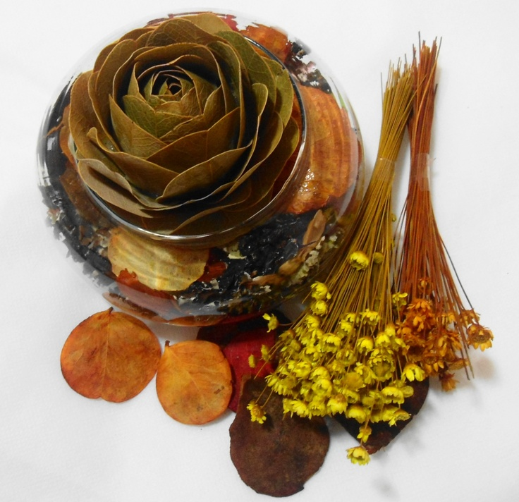 Flor feita de folhas secas em cachep de vidro e pout - Porta pout pourri ...
