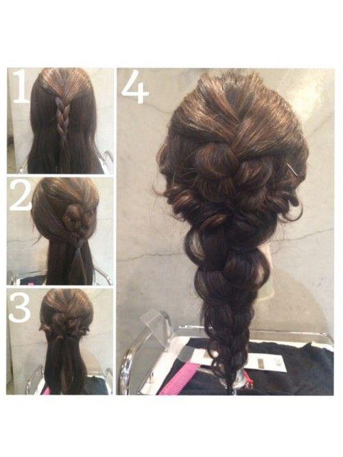 ①トップを三つ編みする ②三つ編みをくずして、サイドの髪を後ろで結ぶ ③②の髪を二回くるりんぱ。 ④残りの髪で三つ編み。くずして完成。 くるりんぱのときに、横がたるむという方は、ゴールドピンなどちょんちょんと付けてあげると気にならなくなりますよ✨完璧にセルフアレンジするのは難しいのでアクセやピンでバランスよくおしゃれにみせましょ