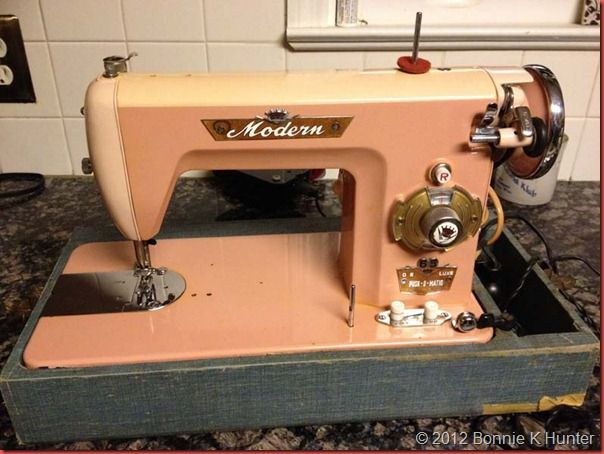 17 best images about vintage sewing machine on pinterest desks sew and the joneses. Black Bedroom Furniture Sets. Home Design Ideas