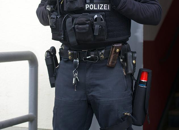 Bei einer Razzia hat die Berliner Polizei im Umfeld eines mutmaßlichen Islamisten in der Nacht zum Mittwoch Waffen und große Mengen Munition beschlagnahmt (Symbolbild)