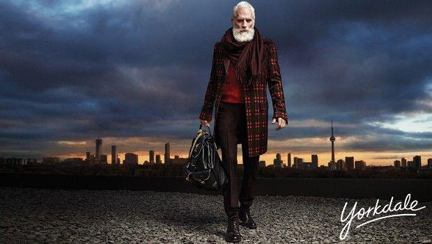 """Esqueça aquele """"bom velhinho"""" de barba farta e roupas de gosto duvidoso. A moda agora é o """"Noel hipster"""", mais esguio e cheio de estilo e que presenteia as crianças de forma igualmente moderna. Pelo menos, esta é a aposta de um shopping em Toronto, no Canadá, e que vem fazendo o maior sucesso desde 2013, não sei se com as crianças, mas com certeza com as mulheres. Confira.  #YorkdaleFashionSanta #fashion #mensfashion #moda #modamasculina #modaparahomens #hipster #estilo #luxo #lifestyle"""