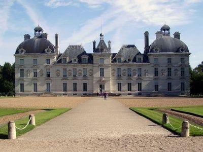 Le château de Cheverny appartient à la même famille, les Hurault, depuis plus de 6 siècles. Il a inspiré Hergé, le créateur de Tintin pour son fameux château de Moulinsart.