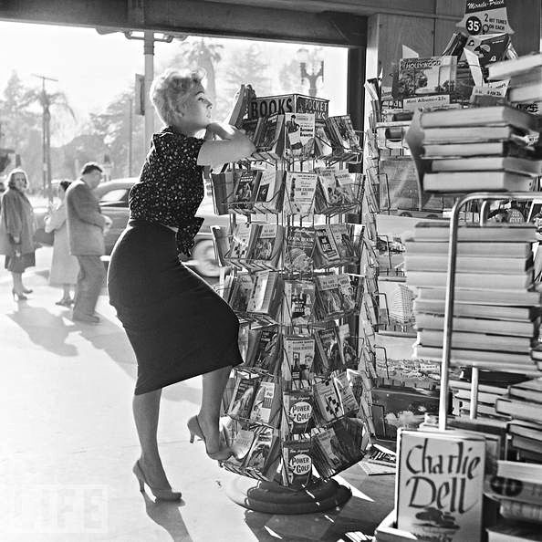 wehadfacesthen:  Kim Novak shopping for books, Los Angeles, 1956