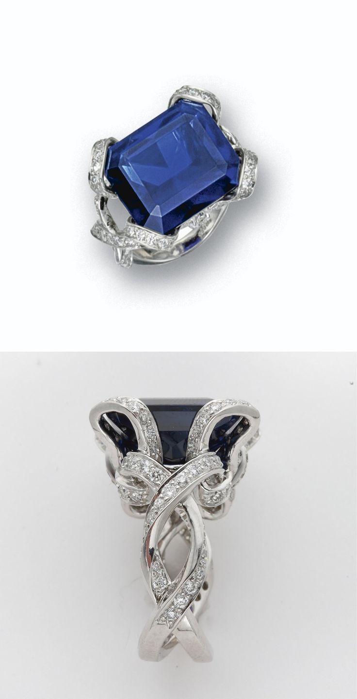 ZAFIRO Y ANILLO DE DIAMANTE El zafiro esmeralda de corte de pesaje 20,28 quilates, en un montaje diseñado como arcos entrelazados establecidos con pequeños diamantes redondos en platino            Cynthia Marsh