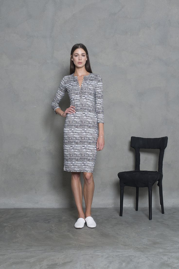 Our classic slim dress in a beautiful summer print. A casual twist with the v - neck opening.