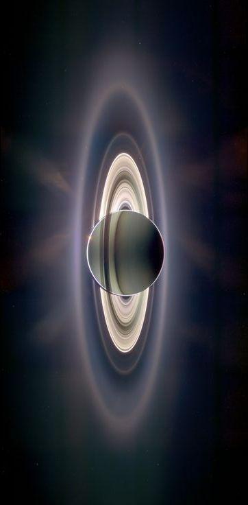 Saturno eclipsando el sol, con la Tierra visible en la parte superior izquierda de los anillos de Saturno. En 2009, la nave espacial robótica Cassini de la NASA desvió en la sombra de Saturno durante unas 12 horas y Cassini vio una visión diferente a cualquier otro. Los anillos se iluminan tanto que se descubrieron nuevos anillos. (NASA / APOD)
