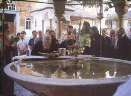 Η φιάλη με το βυζαντινό αναβρυτήριό της (Μεγίστη Λαύρα, Άγιο Όρος) - The phiale with its Byzantine fountain (Great Lavra, Mount Athos)